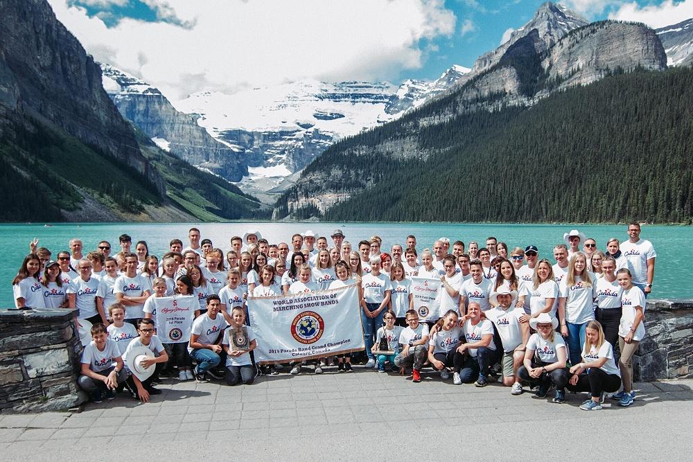 Nach der WM: Erholung im Banff National Park Nach dem gestrigen Show-Finale ist die Weltmeisterschaft nun vorbei. Das heißt, jetzt beginnt unsere stressfreie Urlaubszeit. Lange schlafen wollten wir trotzdem nicht, weil wir heute zur Erholung in den Banff Nationalpark gefahren sind. Also sind wir um 9 Uhr in die Reisebusse eingestiegen und wurden von deutschen Tour Guides begrüßt, die schon sehr lange in Kanada leben und viel über ihr Land, dessen Kultur und Natur erzählen konnte. Als erstes sind wir zum Lake Louise gefahren, um ein Gruppenfoto mit all unseren Bannern und Trophäen zu machen. Der türkisblaue See war total schön und sah aus wie ein Gemälde. Dort habe ich (Aimee) sogar Bekannte aus Neuenhagen getroffen. Da sieht man mal: Die Welt ist eigentlich ganz klein. Danach sind wir wieder in die Busse gestiegen und zum Moraine Lake gefahren, dessen Parkplatz zwar voll war, jedoch hatten wir Glück und wurden noch reingelassen. Eigentlich dachten wir, der Lake Louise ist nicht zu toppen. Aber Moraine Lake war noch schöner. Er hat eine noch schönere Farbe und eine bezaubernde Bergkulisse, die wir so schnell nicht vergessen werden. Wir haben ja auch viele Fotos gemacht. Auf dem Rückweg haben wir noch in Banff anhalten und uns die kleine Stadt ein bisschen angeschaut. Banff hat je nach Jahreszeit 7.000-11.000 Einwohner und super viele Touristen. Natürlich waren wir in einem Souvenirshop. Dann haben wir noch ein Eis gegessen. Auf der Rückfahrt haben wir dann laut Musik gehört und zusammen gesungen. Der Tag wird uns immer in Erinnerung bleiben und war genau das richtige zur Erholung nach der Weltmeisterschaft. Alessa und Aimee