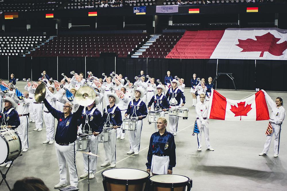"""Wir sind Marschparade-Weltmeister!!! Heute haben wir unseren Weltmeister-Titel """"Parade Band Grand Champion"""" verliehen bekommen. Das Ergebnis resultiert aus den beiden Wettbewerbsteilen in der Stampede Parade und der Marschparade im Saddledome. Außerdem konnten wir nochmals alle Kräfte zusammen sammeln und im Finale unsere Showleistung von gestern um 2 Punkte steigern. Mit 89,5 Punkten erreichten wir das Prädikat Goldmedaille und den vierten Platz. Weltmeister wurde die einheimische Calgary Stampede Showband mit einer sehr beeindruckenden Show. Vizemeister wurde die Chien Kuo High School Band aus Taiwan. Dritter wurde die Calgary Stetson Showband. Damit sind wir beste europäische Band in dieser Weltmeisterschaft und unglaublich stolz!"""