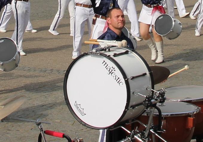werden auch Bass Drums genannt. Sie bestehen aus einem runden Holzkörper, der verschiedene Durchmesser haben kann. Auf den Hohlkörpern sind je zwei Trommelfelle gespannt, die mit zwei Trommelstöcken gespielt werden. Der Klang der Bass Drums ist dumpf und variiert je nach Größe des Korpus.